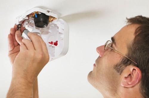 Как защитить дом от огня: установка пожарной сигнализации