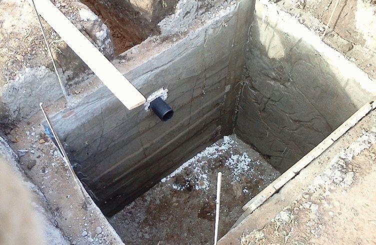 Как правильно обшить яму для туалета, и какими материалами?
